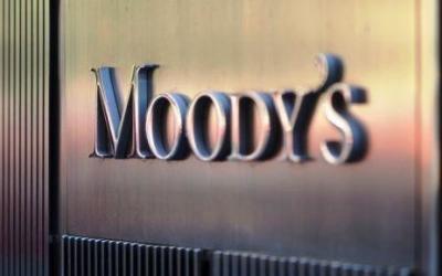 Moody's: Οι Έλληνες καταθέτες δίνουν ανάσα στις τράπεζες