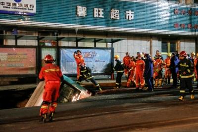 Κίνα: Έξι νεκροί και δέκα αγνοούμενοι από τεράστια τρύπα στο δρόμο που «κατάπιε» λεωφορείο