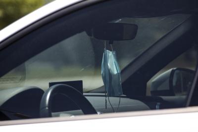 «Βροχή» τα πρόστιμα από την Τροχαία για τη μάσκα στο αυτοκίνητο